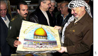 Yasser Arafat with picture of the Dome on the Rock