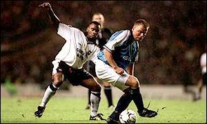 Fabian Wilnis tussles with Andy Morrison