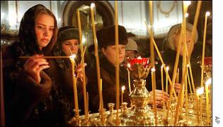 Russian girls light candles