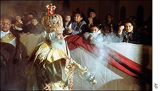 Pope Shenouda III spreads incense