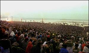 Hundreds of thousands gathered by the Ganges