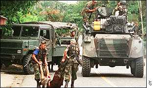 Colombian soldiers with the body of a suspected FARC rebel, Aug 2000