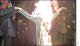 Protesters burn effigy of Leonid Kuchma