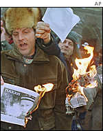 Protesters burn portraits of Kuchma on 6 February