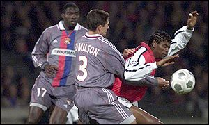 Kanu is tackled by Edmilson