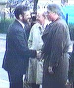 Gerry Adams shakes the hand of Bill Clinton