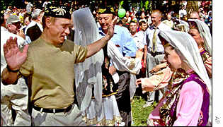 Dancing at the Tatar national holiday Sabantui in Kazan, Jul 2000