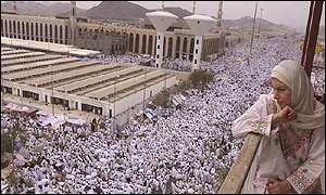 Thousands of pilgrims during the noon prayers at Namera mosque in Arafat
