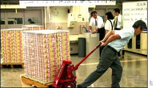 Man drags load of 2,000 yen banknotes
