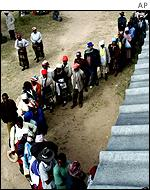 Zimbabwean's queuing to vote