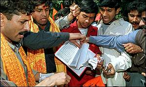 Hindu right-wingers burn Koran