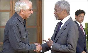 Kofi Annan (R) shakes hands Indian Foreign Minister Jaswant Singh