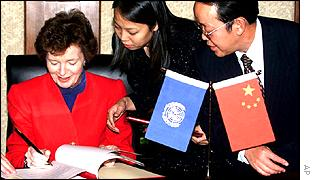 Mary Robinson signs a memorandum of understanding on human rights in China
