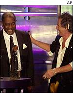 Solomon Burke accepts award from Keith Richards