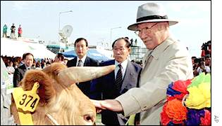 Hyundai founder Chung Ju-yung about to take cattle to North Korea
