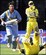Rahul Dravid sets off for another run as wicketkepper Adam Gilchrist watches on