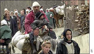 Ethnic Albanians refugees arrive in the village of Donje Ljubinje in southern Kosovo