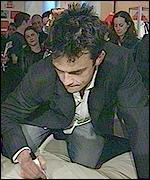 Robbie Williams signs his bed