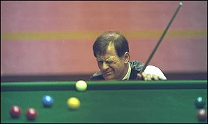 Alex Higgins lines up a tricky shot