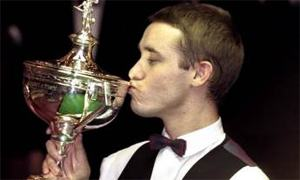 Stephen Hendry gets his hands back on the trophy in 1999