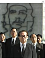 Chinese President Jiang Zemin and delegation in front of a giant portrait of Che Guevara