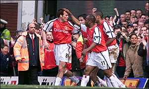 Freddie Ljungberg celebrates Arsenal's first against Everton