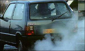 Un autom�vil negro echa humo por su tubo de escape.