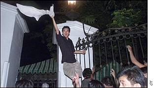 Estrada supporter on the fence of Malacanang Palace