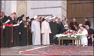 Pope John Paul II and Sheikh Ahmed Kaftaro with assembled clergy at the Umayyad mosque