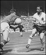 Harry Gregg (left) and Nat Lofhouse in the 1958 FA Cup final