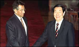Pervez Musharraf (left) and Zhu Rongji