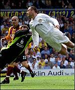 Mark Viduka scores for Leeds