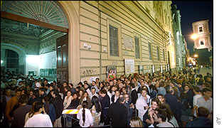 Queues of voters in Naples