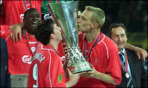 Robbie Fowler and Sami Hyypia kiss the Uefa Cup
