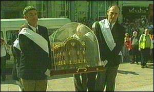 The casket was taken into the cathedral