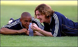 Roberto Carlos and Steve McManaman during training