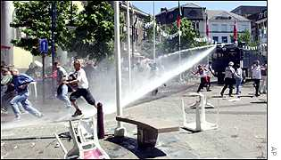England fans clash with police at Euro 2000