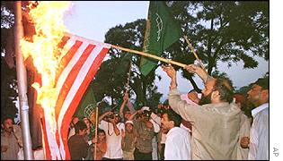 Pakistanis burn US flag
