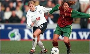 Kelly Smith challenges Portugal's Ana Gomes