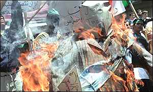 Hamas supporters burn an effigy of CIA chief George Tenet