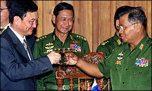 Thaksin (left) toasts with Burma's General Than Shwe (right) and General Maung Aye (centre)