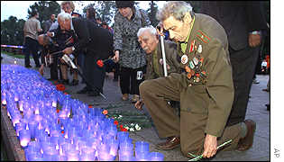 Candles lit outside Moscow's tomb of the unknown soldier