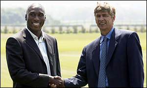 Sol Campbell shakes hands with new boss Arsene Wenger