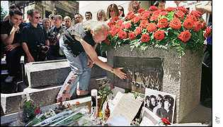 An unidentified German tourist pays hommage to the Doors lead singer Jim Morrison