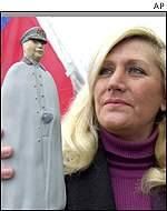 Supporter with Pinochet figurine