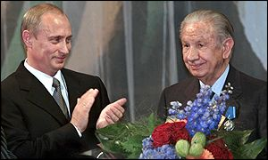 Samaranch (r) is applauded by Russian president Vladimir Putin