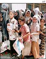 Iraqi children queue for food