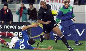 Jonah Lomu runs in a try against France