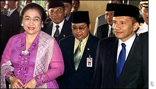 Megawati (left) and assembly chairman Amien Rais (right)