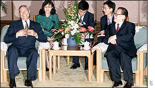 Colin Powell (left) and Chinese Prime Minister Zhu Rhongj